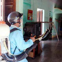 Phun thuốc diệt muỗi vằn gây bệnh sốt xuất huyết tại các hộ dân